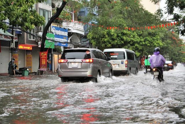 Hải Phòng: Nhiều tuyến phố ngập lụt sau bão số 2 - Ảnh 6.