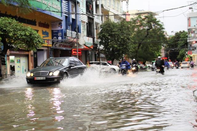 Hải Phòng: Nhiều tuyến phố ngập lụt sau bão số 2 - Ảnh 5.