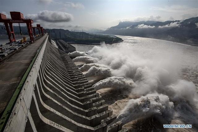 Tin lũ lụt mới nhất ở Trung Quốc: Đợt lũ thứ 3 tràn về như thác đổ, nhà cổ 100 năm tuổi phải di dời - Ảnh 2.