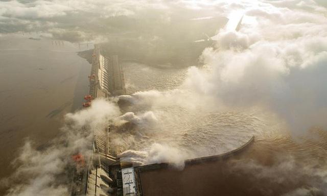 Tin lũ lụt mới nhất ở Trung Quốc: Đợt lũ thứ 3 tràn về như thác đổ, nhà cổ 100 năm tuổi phải di dời - Ảnh 3.