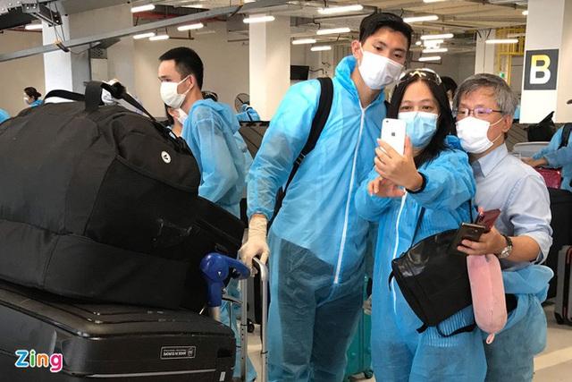 Văn Hậu đặt chân xuống sân bay Vân Đồn - Ảnh 2.