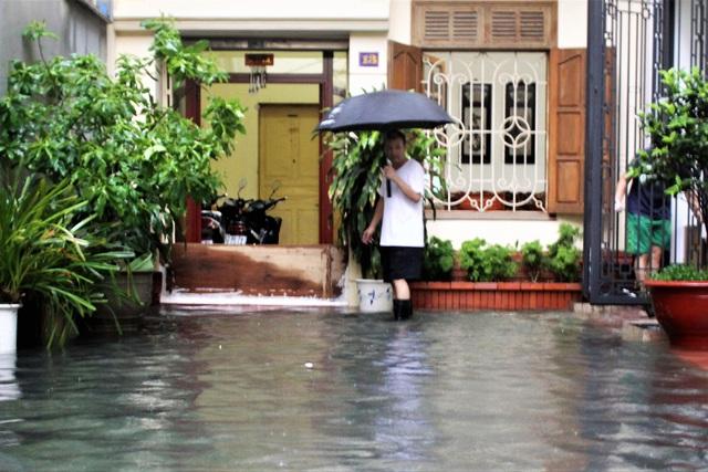 Hải Phòng: Nhiều tuyến phố ngập lụt sau bão số 2 - Ảnh 19.