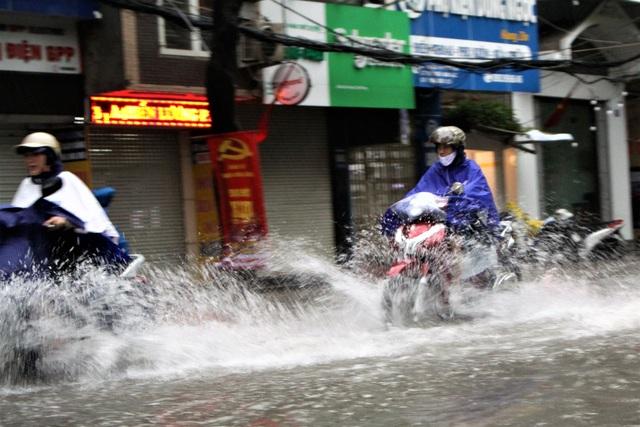 Hải Phòng: Nhiều tuyến phố ngập lụt sau bão số 2 - Ảnh 3.