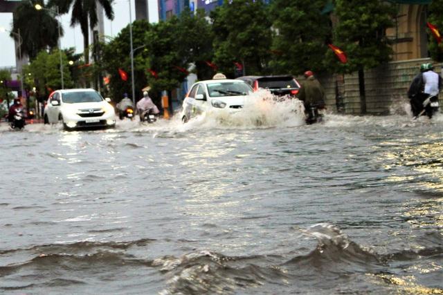 Hải Phòng: Nhiều tuyến phố ngập lụt sau bão số 2 - Ảnh 2.