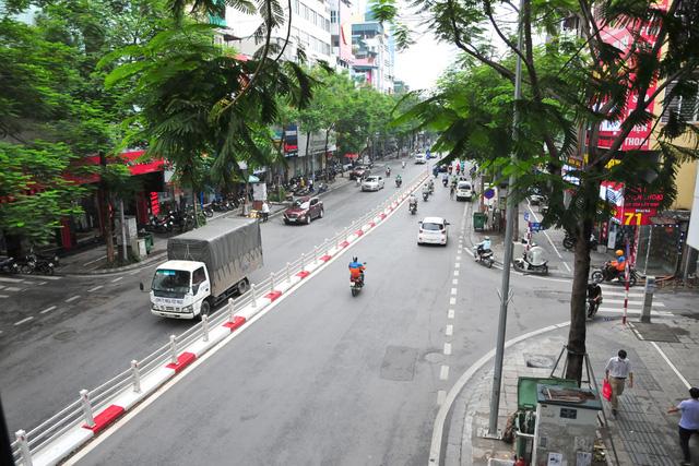 Đường phố Hà Nội không còn đông đúc mặc dù chưa thực hiện giãn cách xã hội - Ảnh 10.