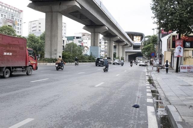 Đường phố Hà Nội không còn đông đúc mặc dù chưa thực hiện giãn cách xã hội - Ảnh 3.