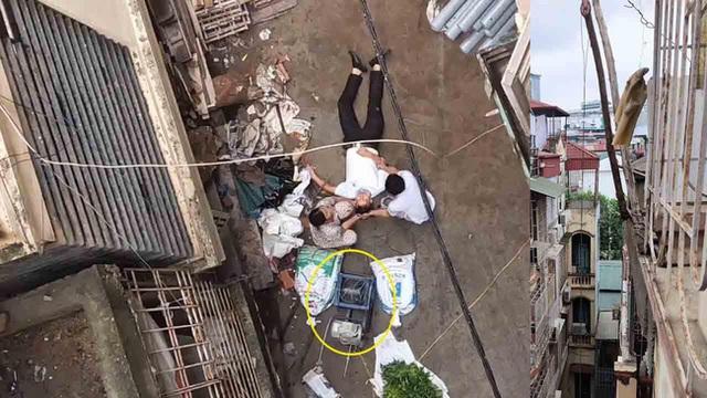 Hà Nội: Xe rùa rơi từ tầng 5 ngôi nhà đang thi công trúng người đi đường, một người đàn ông nhập viện cấp cứu - Ảnh 2.