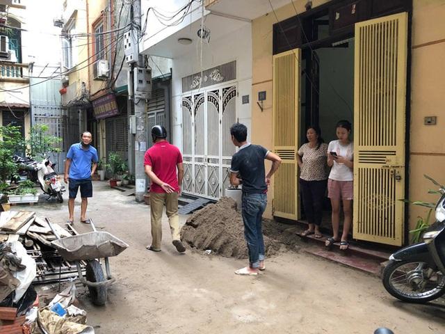 Hà Nội: Xe rùa rơi từ tầng 5 ngôi nhà đang thi công trúng người đi đường, một người đàn ông nhập viện cấp cứu - Ảnh 3.