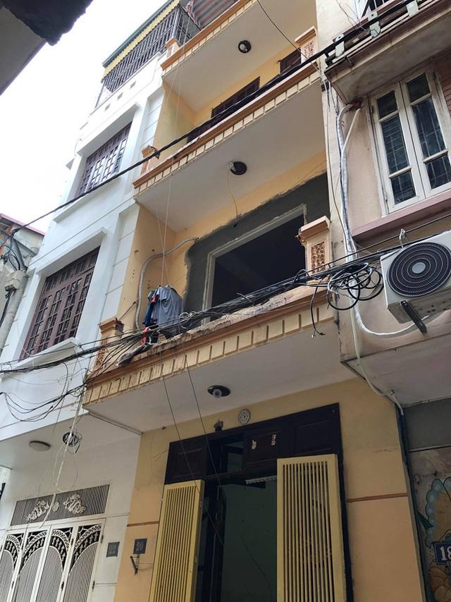Hà Nội: Xe rùa rơi từ tầng 5 ngôi nhà đang thi công trúng người đi đường, một người đàn ông nhập viện cấp cứu - Ảnh 4.
