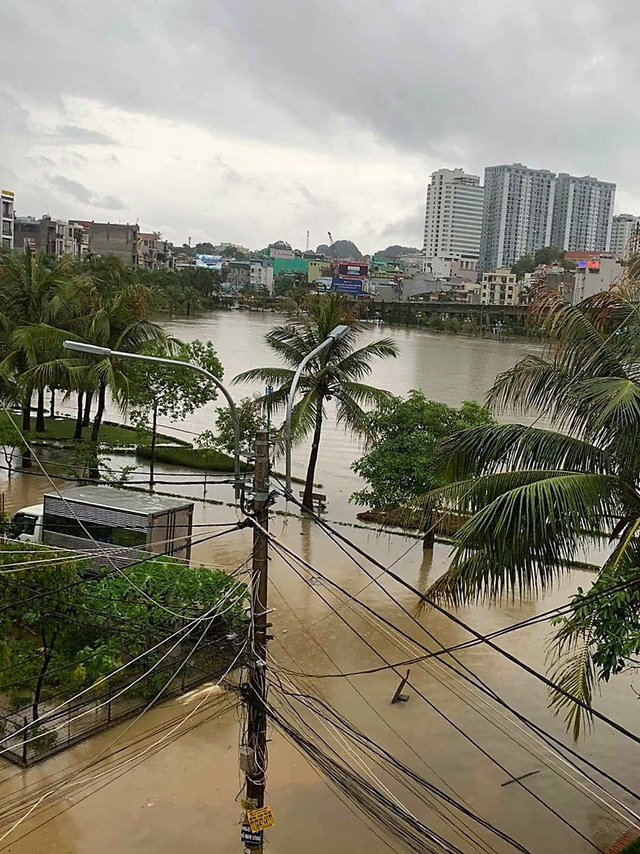 Quảng Ninh: Ảnh hưởng cơn bão số 2, nhiều tuyến đường ngập lụt, kè đất sạt lở làm 1 người thiệt mạng - Ảnh 4.