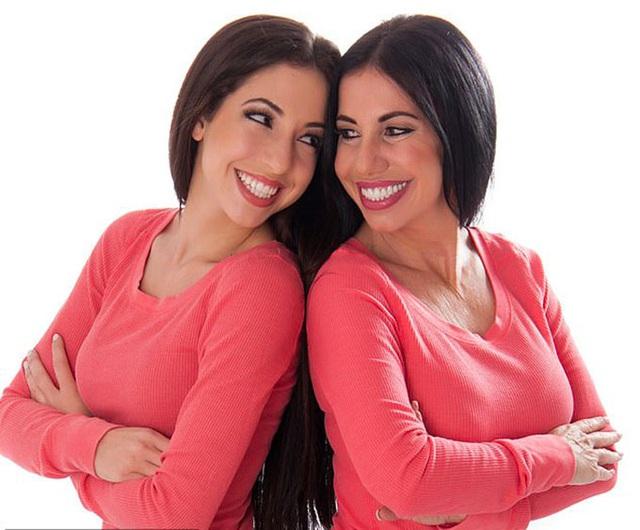 Cặp mẹ con chênh 30 tuổi như chị em sinh đôi - Ảnh 2.