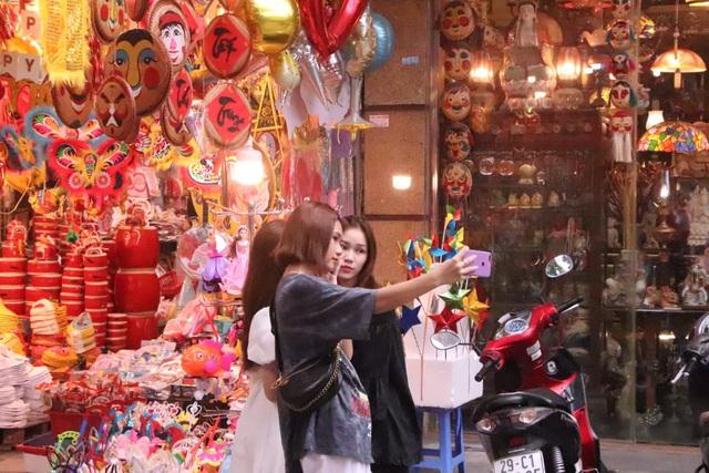Chuyện chưa từng có ở phố Hàng Mã khách chụp hình phải trả phí 50.000 đồng/lần - Ảnh 8.