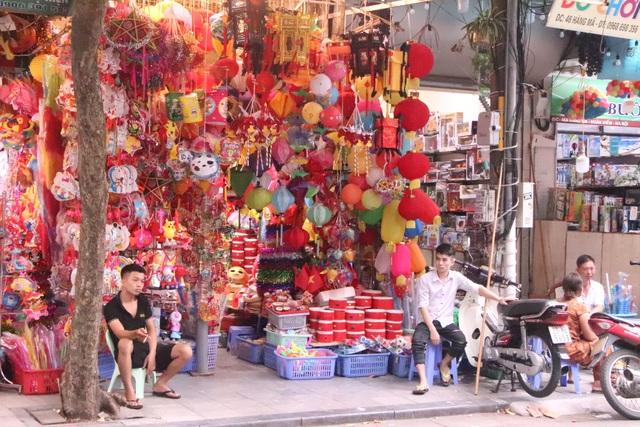 Chuyện chưa từng có ở phố Hàng Mã khách chụp hình phải trả phí 50.000 đồng/lần - Ảnh 2.