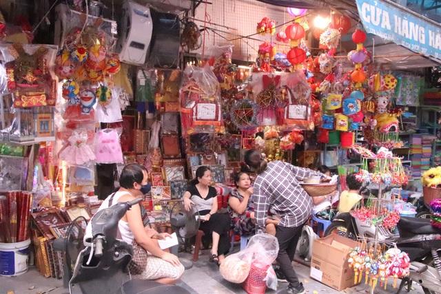 Chuyện chưa từng có ở phố Hàng Mã khách chụp hình phải trả phí 50.000 đồng/lần - Ảnh 9.
