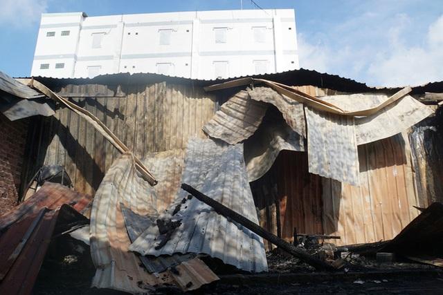 Dãy nhà trọ ở Sài Gòn sụp đổ trong biển lửa, nhiều gia đình nghèo bật khóc vì tài sản bị thiêu rụi - Ảnh 3.
