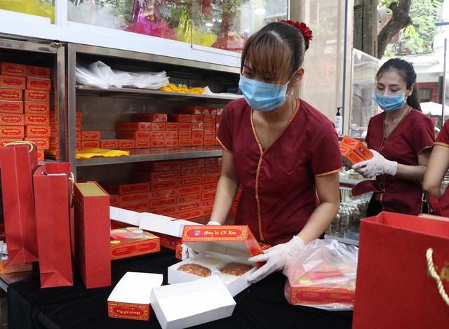 Tiệm bánh trung thu cổ truyền hot nhất Hà Nội dựng vách ngăn, phân luồng khách phòng dịch COVID-19 - Ảnh 2.