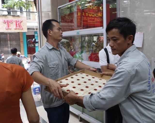 Tiệm bánh trung thu cổ truyền hot nhất Hà Nội dựng vách ngăn, phân luồng khách phòng dịch COVID-19 - Ảnh 11.