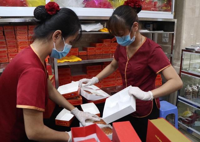 Tiệm bánh trung thu cổ truyền hot nhất Hà Nội dựng vách ngăn, phân luồng khách phòng dịch COVID-19 - Ảnh 7.