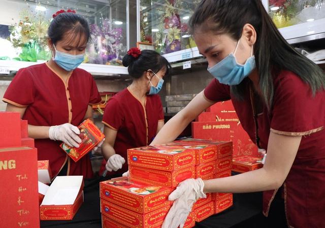 Tiệm bánh trung thu cổ truyền hot nhất Hà Nội dựng vách ngăn, phân luồng khách phòng dịch COVID-19 - Ảnh 3.