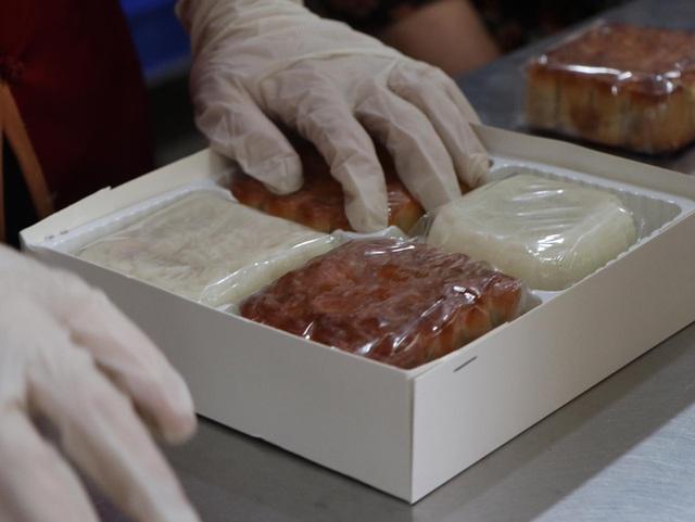 Tiệm bánh trung thu cổ truyền hot nhất Hà Nội dựng vách ngăn, phân luồng khách phòng dịch COVID-19 - Ảnh 9.