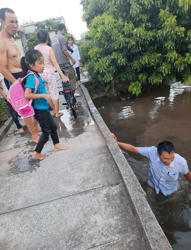 Phút sinh tử người đàn ông lao xuống sông cứu 2 em nhỏ rơi khỏi cầu - Ảnh 1.