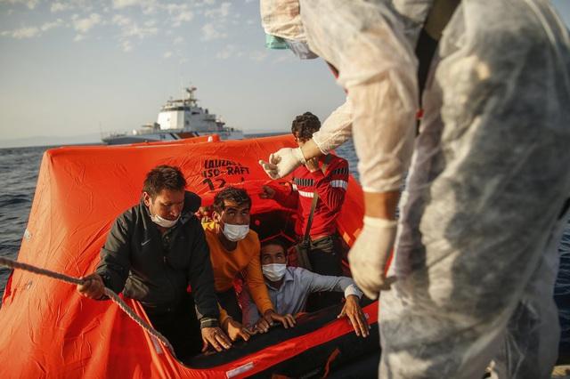 Hàng loạt người di cư bị Hy Lạp gửi trả về đại dương - Ảnh 1.