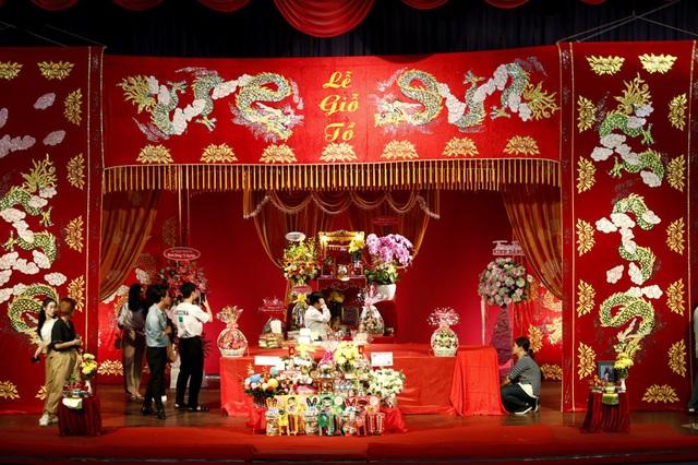 Lê Tuấn Anh cùng bà xã Hồng Vân cúng giỗ tổ sân khấu - Ảnh 1.