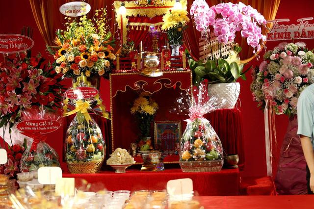 Lê Tuấn Anh cùng bà xã Hồng Vân cúng giỗ tổ sân khấu - Ảnh 2.