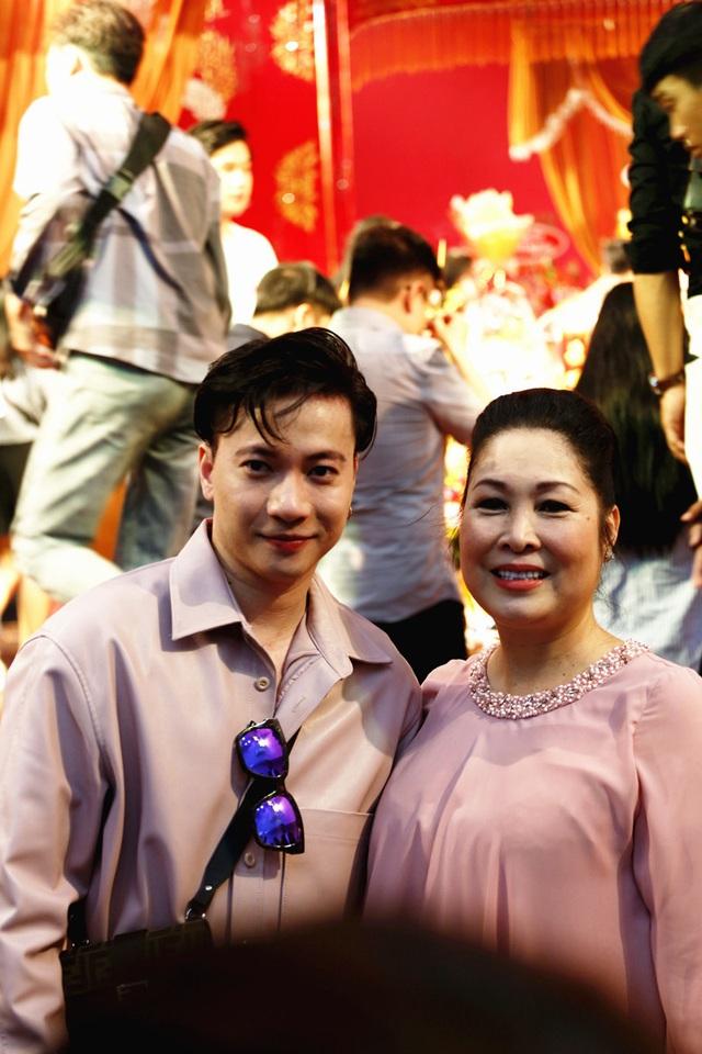 Lê Tuấn Anh cùng bà xã Hồng Vân cúng giỗ tổ sân khấu - Ảnh 11.