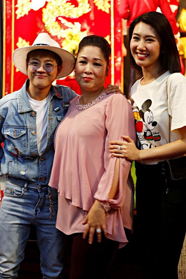 Lê Tuấn Anh cùng bà xã Hồng Vân cúng giỗ tổ sân khấu - Ảnh 12.