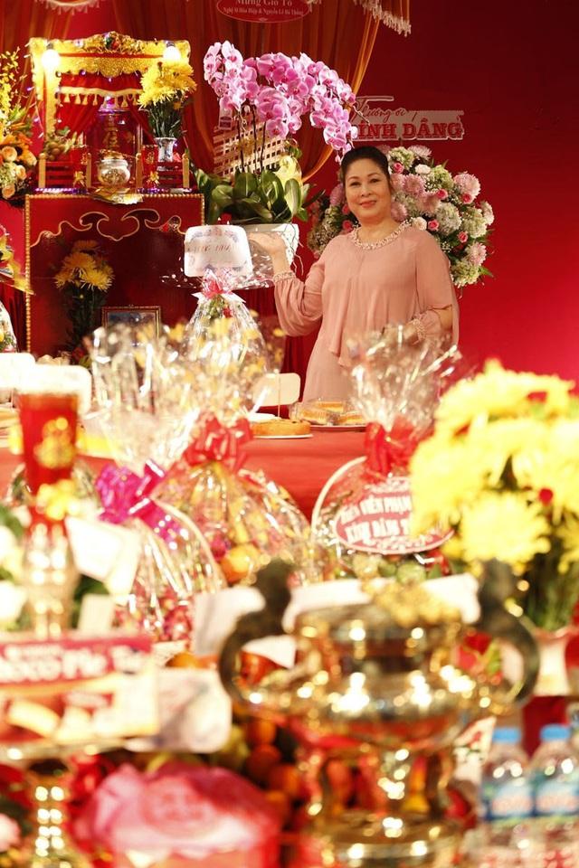 Lê Tuấn Anh cùng bà xã Hồng Vân cúng giỗ tổ sân khấu - Ảnh 3.