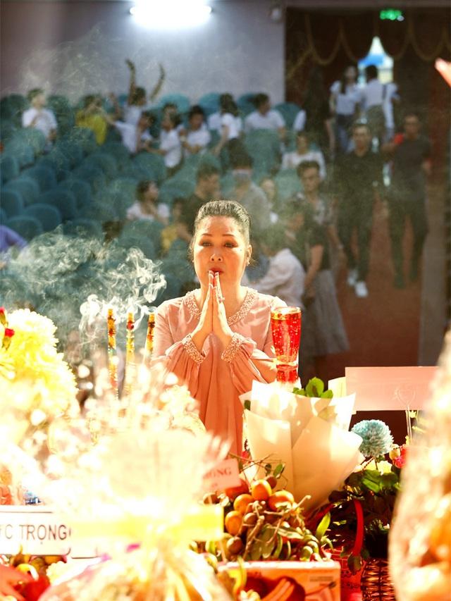 Lê Tuấn Anh cùng bà xã Hồng Vân cúng giỗ tổ sân khấu - Ảnh 7.