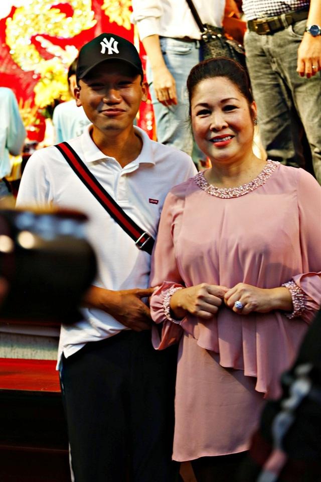 Lê Tuấn Anh cùng bà xã Hồng Vân cúng giỗ tổ sân khấu - Ảnh 10.