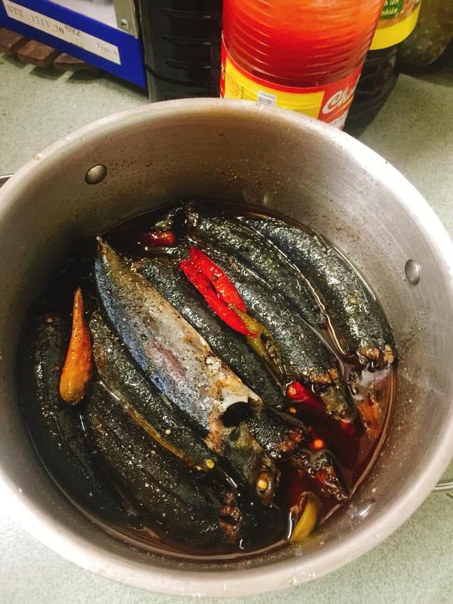 Kỹ thuật kho cá 3 lửa: Nghe lạ đời nhưng thành quả lại ngon nức nở, cá không tanh, đậm đà, thơm bùi, để cả tháng vẫn không sợ hỏng - Ảnh 3.