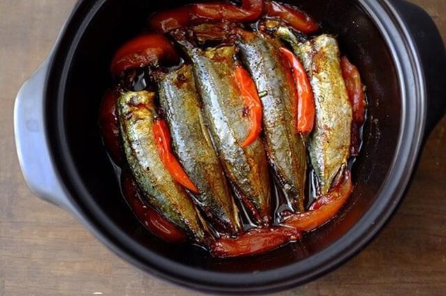 Kỹ thuật kho cá 3 lửa: Nghe lạ đời nhưng thành quả lại ngon nức nở, cá không tanh, đậm đà, thơm bùi, để cả tháng vẫn không sợ hỏng - Ảnh 4.