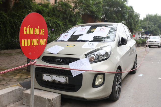Chính quyền nói về việc hàng loạt ô tô ở Hà Nội bị dán giấy do đỗ xe tắc đường - Ảnh 2.