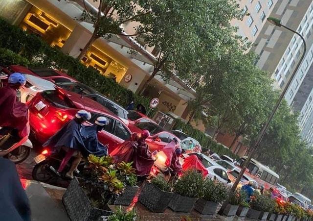 Chính quyền nói về việc hàng loạt ô tô ở Hà Nội bị dán giấy do đỗ xe tắc đường - Ảnh 8.