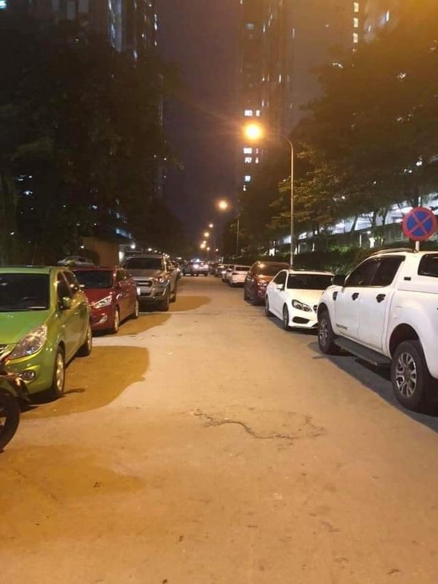 Chính quyền nói về việc hàng loạt ô tô ở Hà Nội bị dán giấy do đỗ xe tắc đường - Ảnh 3.
