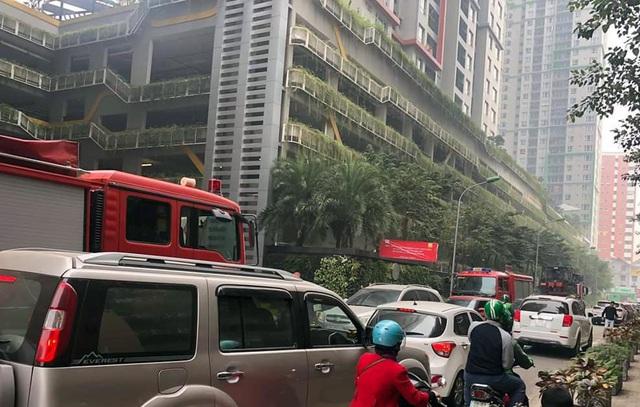 Chính quyền nói về việc hàng loạt ô tô ở Hà Nội bị dán giấy do đỗ xe tắc đường - Ảnh 4.
