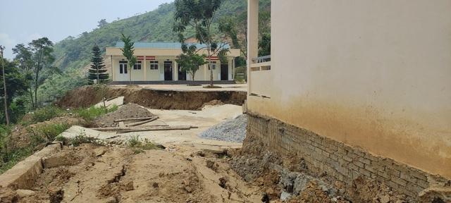 Trường tiểu học sạt lở, hơn 100 học sinh phải đi học nhờ - Ảnh 3.