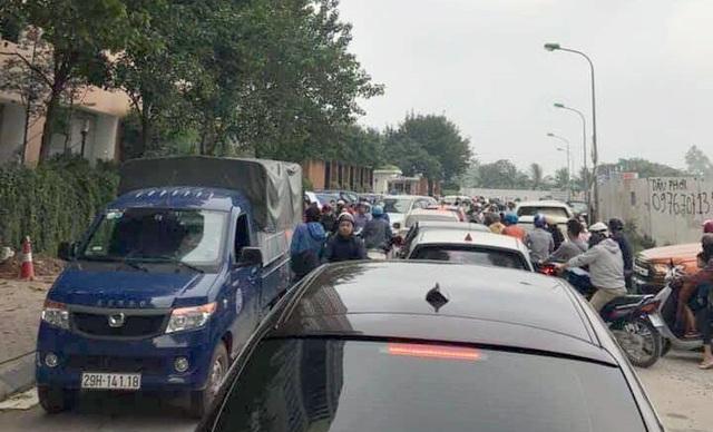 Chính quyền nói về việc hàng loạt ô tô ở Hà Nội bị dán giấy do đỗ xe tắc đường - Ảnh 5.
