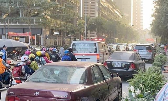 Chính quyền nói về việc hàng loạt ô tô ở Hà Nội bị dán giấy do đỗ xe tắc đường - Ảnh 7.