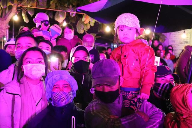"""Hàng ngàn người """"quên lạnh"""" trong đêm Phong Nha Countdown Party 2021 - Ảnh 4."""