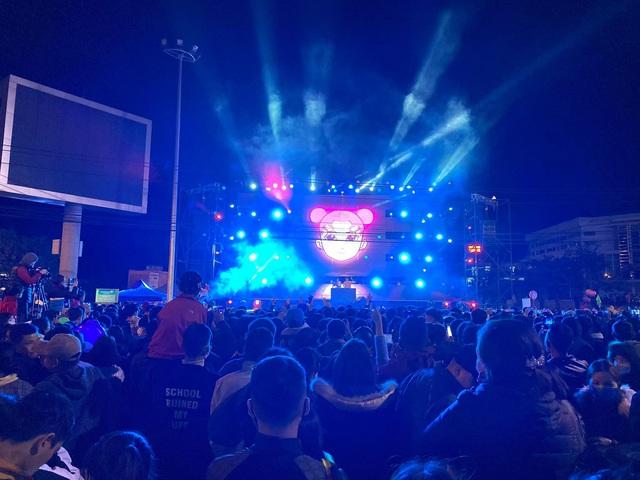 """Hàng ngàn người """"quên lạnh"""" trong đêm Phong Nha Countdown Party 2021 - Ảnh 5."""