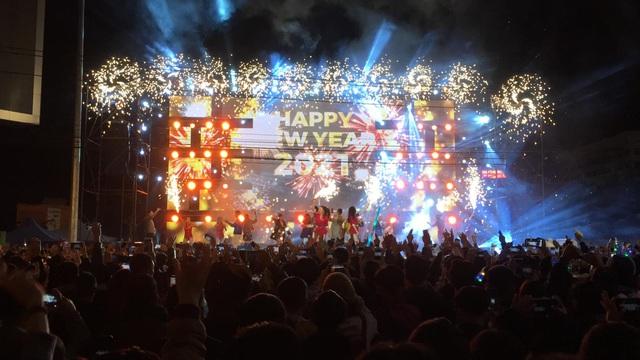 """Hàng ngàn người """"quên lạnh"""" trong đêm Phong Nha Countdown Party 2021 - Ảnh 1."""