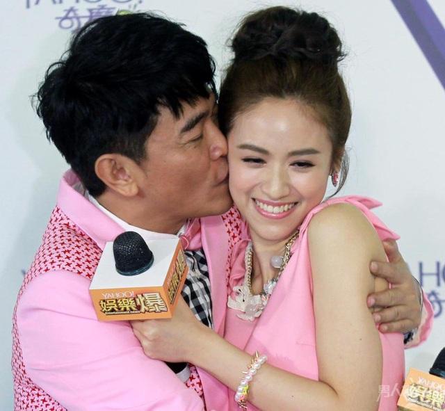 خواننده تایوانی وقتی لباس دخترش را تنظیم کرد جنجالی شد - عکس 3.