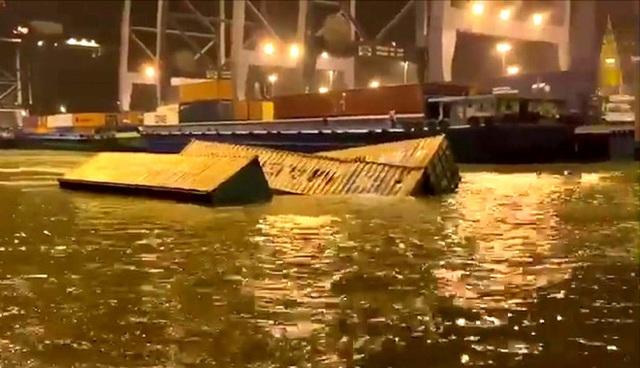 22 کانتینر به رودخانه Cai Mep سقوط کردند - عکس 1.