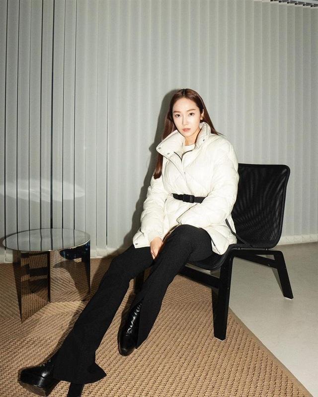 Không phải áo khoác dáng dài, đây mới là những kiểu áo được sao Kpop ưu ái trong ngày đại hàn - Ảnh 1.