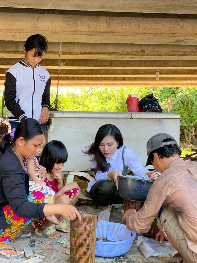وان ترانگ با دیدن خانواده ای فقیر که به طور موقت در زیر پل زندگی می کنند ، گریه می کند - عکس 5.