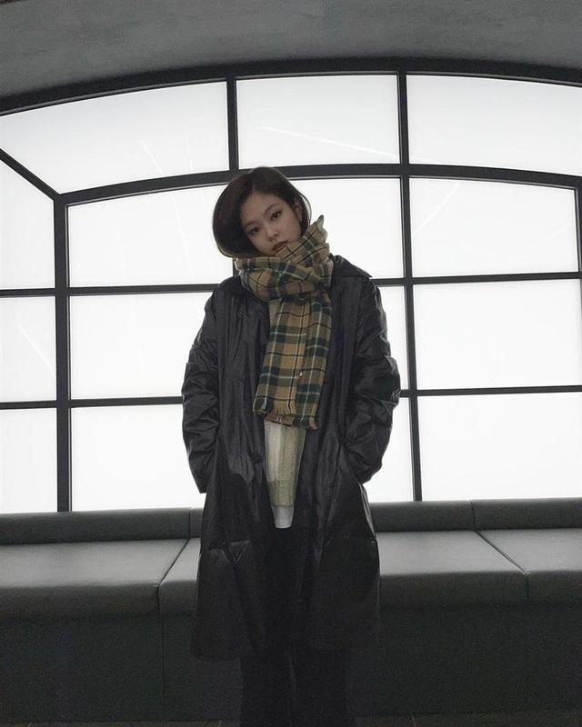 Không phải áo khoác dáng dài, đây mới là những kiểu áo được sao Kpop ưu ái trong ngày đại hàn - Ảnh 6.